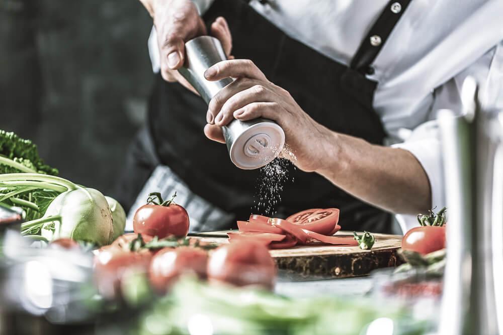 Koch Bereitet ein Gericht vor