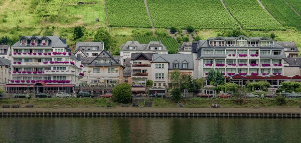Hotel Triton und Brixiade Moselansicht von Vorne