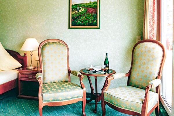 Brixiade Doppelzimmer Deluxe Zimmeransicht mit Stühle