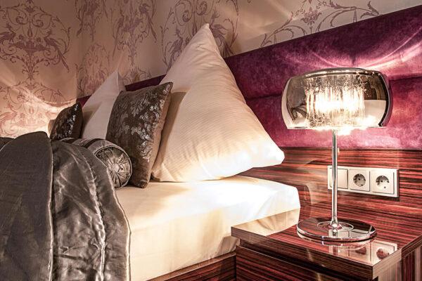 Krähennest Doppelzimmer Deluxe Josefine Nachttisch