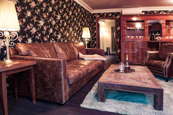 Krähennest Suite Zimmeransicht mit Couch